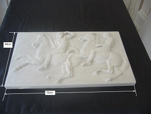 Reproduction du fragment de la frise ouest du Parthénon(Acropole d`Athènes.) sculptée par Phidias entre 440 et 437 avant J-C,représentant des cavaliers.(British Museum,Londres)